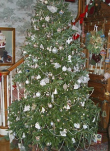 A beautifully decorated fir tree.